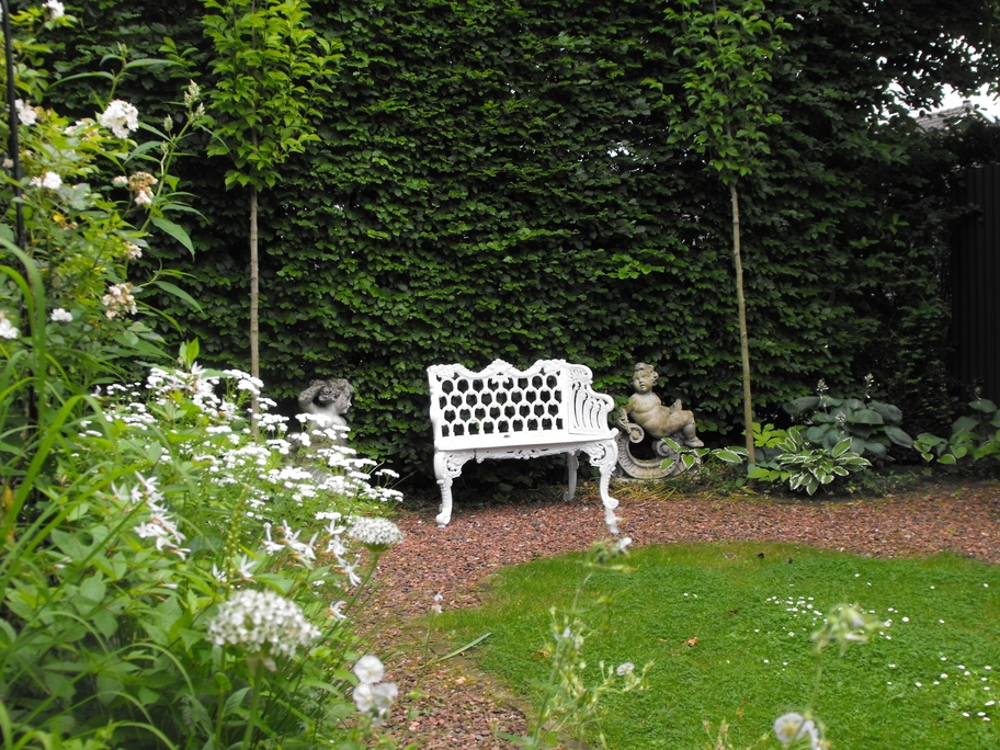Het bankje is de trots van de witte tuin